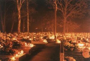 Beleuchteter Friedhof an Alla Helgons Dag. Bild aus Wikipedia. Fotograf: Przykuta