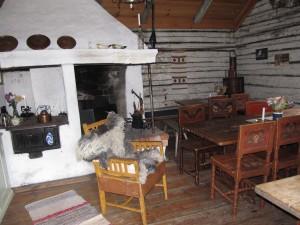 Küche und Wohnraum in einer Fäbod. Karl Tovåsen. Bild: Heide
