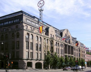 Nordiska Kompaniet an der Hamngatan in Stockholm. Bild aus Wikipedia. Fotograf: Holger Ellgaard