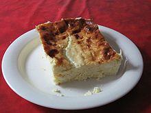 Ostkaka mit Früchten und Sahne. Foto: Frugan /flickr.com (CC BY 2.0)