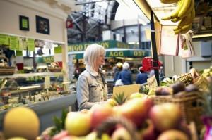 Markttreiben in den Saluhallen am Kungstorget in Göteborg. Foto: Nicho Södling/imagebank.sweden.se