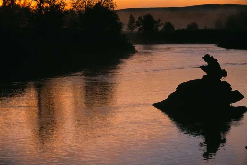 In Nordschweden können Angler dank der Mitternachtssonne auch spätabends noch die Angel auswerfen (Foto: Staffan Widstrand/ imagebank.sweden.se).