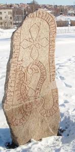 Bild: Abbild des Storsjöodjuret auf dem Runenstein von Frösön. Bild aus Wikipedia. Fotograf: Andreaze