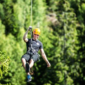 Abenteuer am Seil in luftigen Höhen: Die Zipline in Småland. Foto: Little Rock Lake.